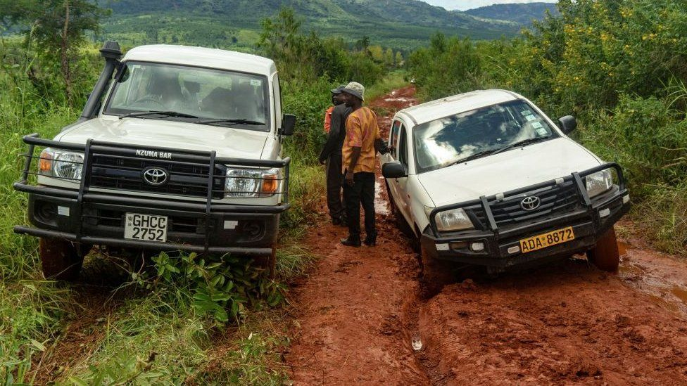 Vehicles carrying people and aid are stuck in the mud of a road to Ngangu township in Chimanimani on March 22, 2019. - A week ago Tropical Cyclone Idai, after lashing Mozambique, turned its wrath on eastern Zimbabwe