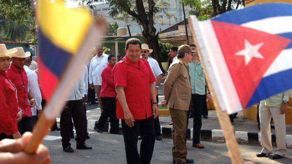 Venezuelan President Hugo Chavez (C-L) and Cuban acting President Raul Castro (C-R) in Santiago de Cuba, 22 December 2007