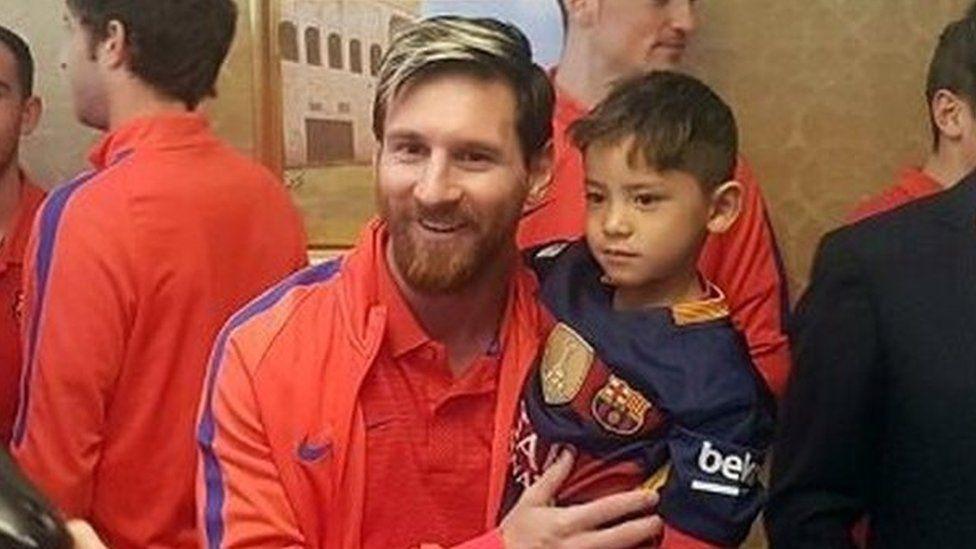 El niño afgano que se hizo una camiseta de Lionel Messi con una bolsa de plástico al fin conoce a su héroe