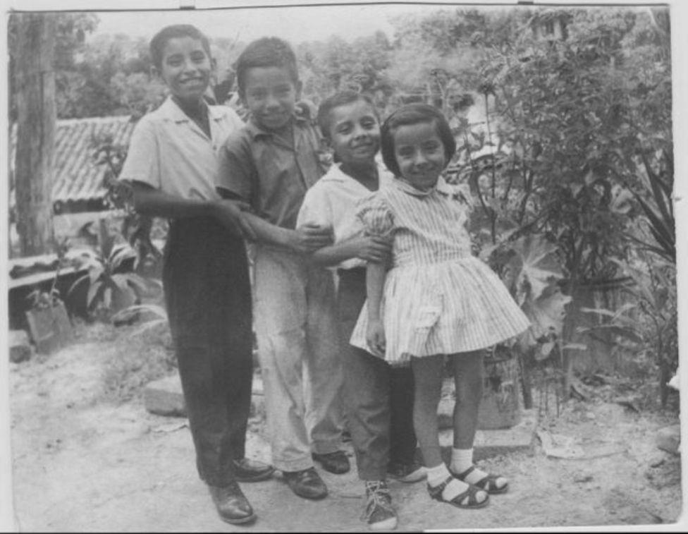 Carlos Castro junto a sus hermanos en El Salvador