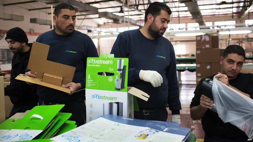 Palestinian workers at a SodaStream factory in the West Bank (30/01/14)