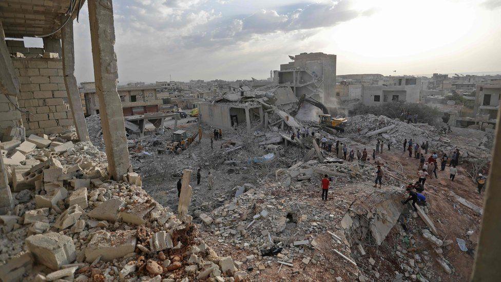 Rescuers and civilians recover bodies in Zardana, Idlib province, Syria (8 June 2018)