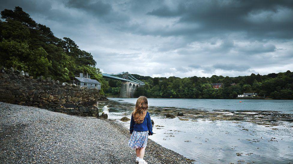 Merch fach ar lan y Fenai / A little girl on the banks of the Menai Straits
