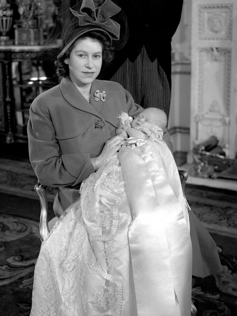 Принцесса Елизавета и ее новорожденный сын после церемонии крещения в Букингемском дворце
