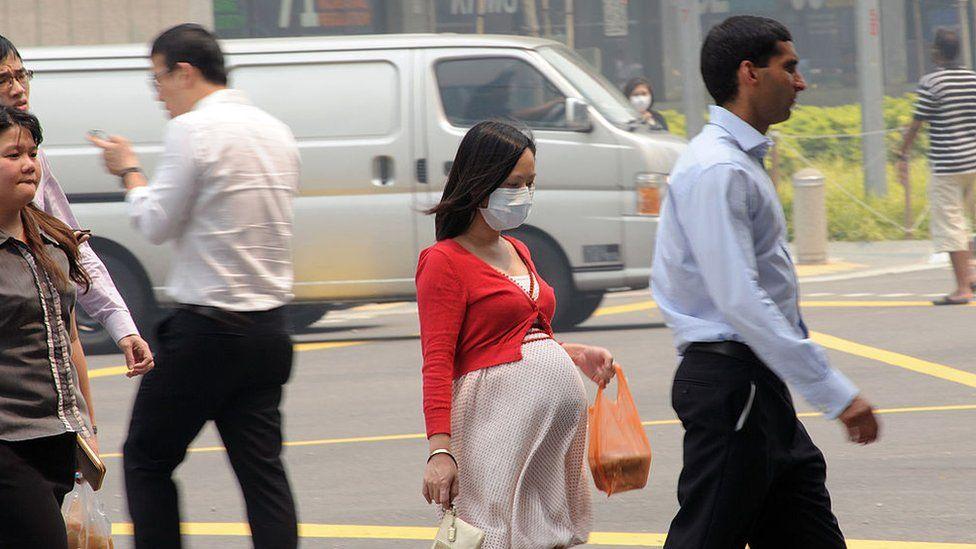 """El estudio que revela que la contaminación del aire """"atraviesa la placenta"""" de mujeres embarazadas"""