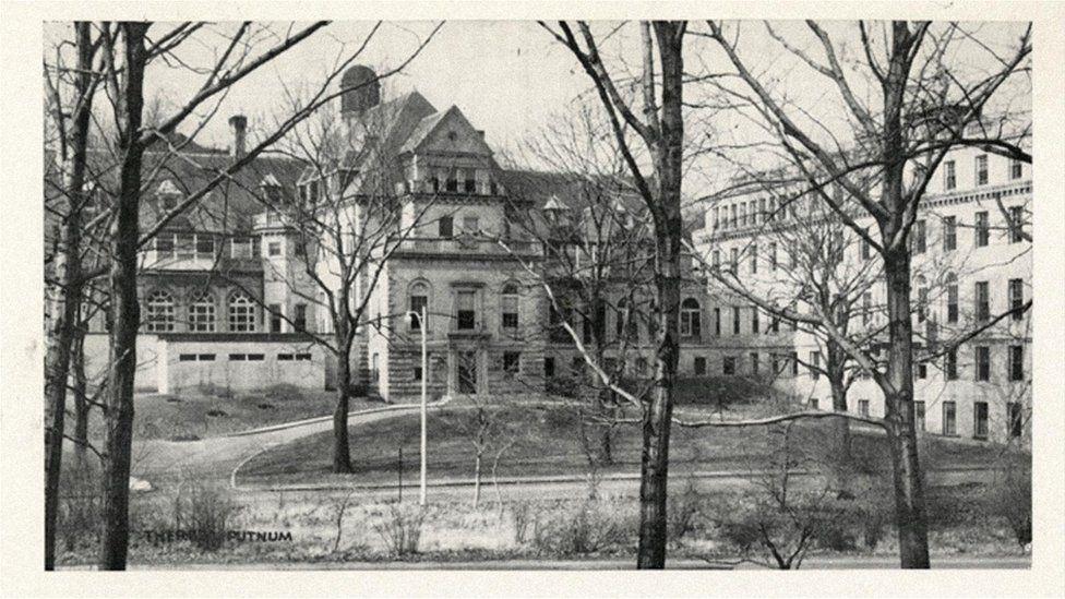 Перше успішне запліднення яйцеклітини відбулося у безкоштовній жіночій лікарні в Брукліні, штат Массачусетс