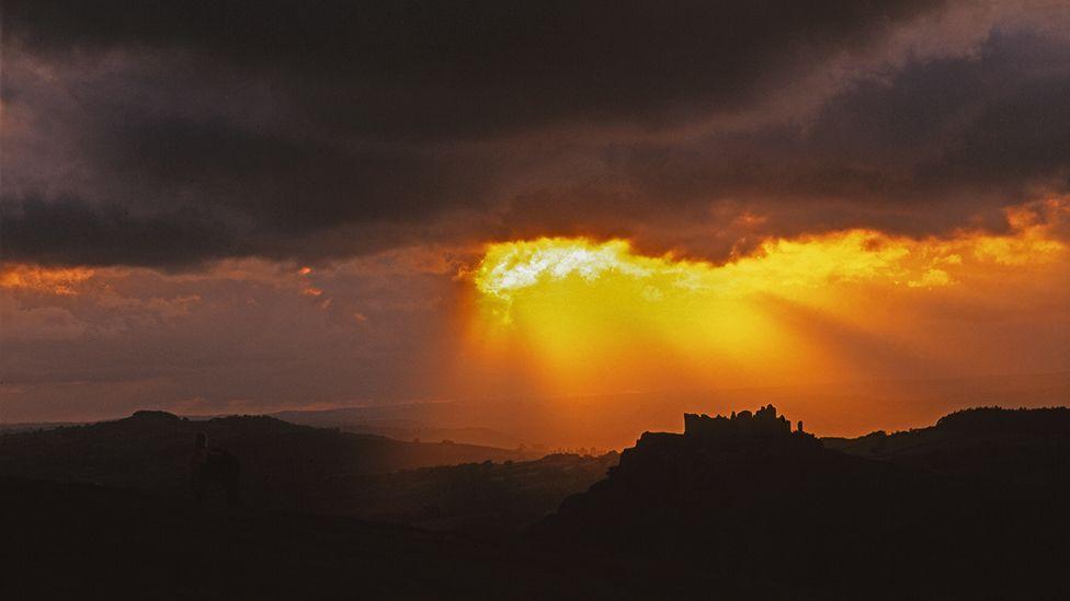 Tywydd dramatig dros Castell Carreg Cennen