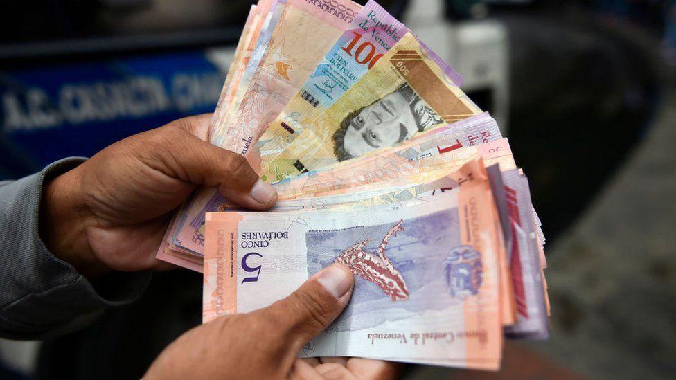 Por que a Venezuela está lançando novas cédulas de sua combalida moeda