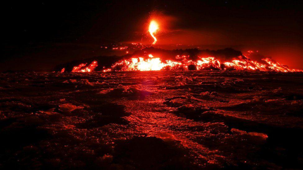 El volcán Etna de Italia entra en erupción y despide lava.