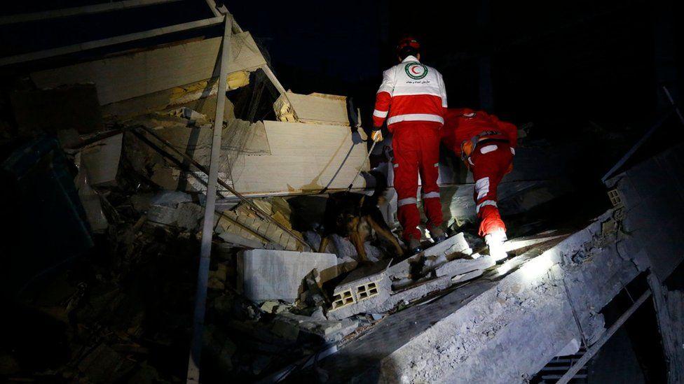 Socorristas buscan sobrevivientes en un edificio colapsado en Sarpol-e Zahab, Irán.