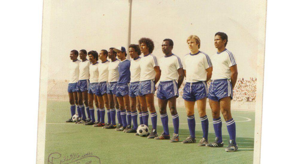 Eamonn O'Keefe (sağdan ikinci) 1970-ci ildə Əl-Hilal klubunun tərkibində çıxış edib
