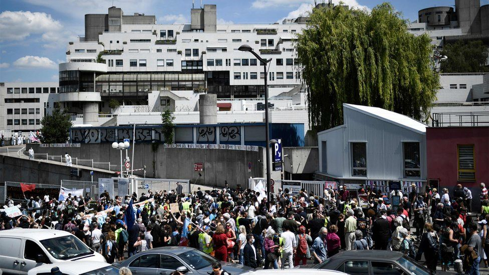 Large protest outside Robert Debre hospital in Paris