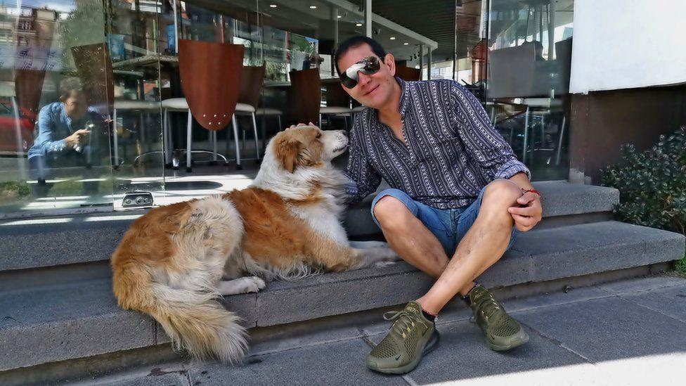 Fernando Kushner pets Choco