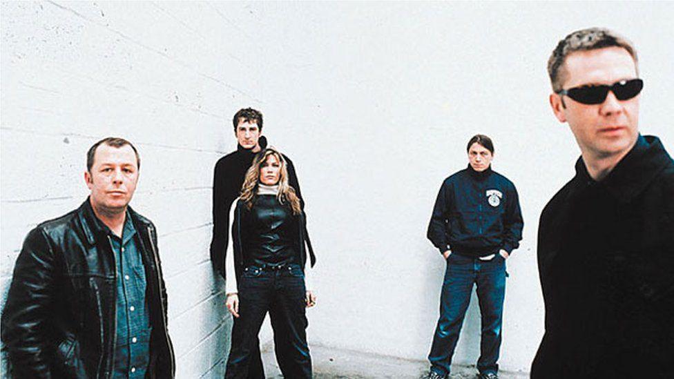 Mark Roberts (ar y dde) a gweddill band Catatonia