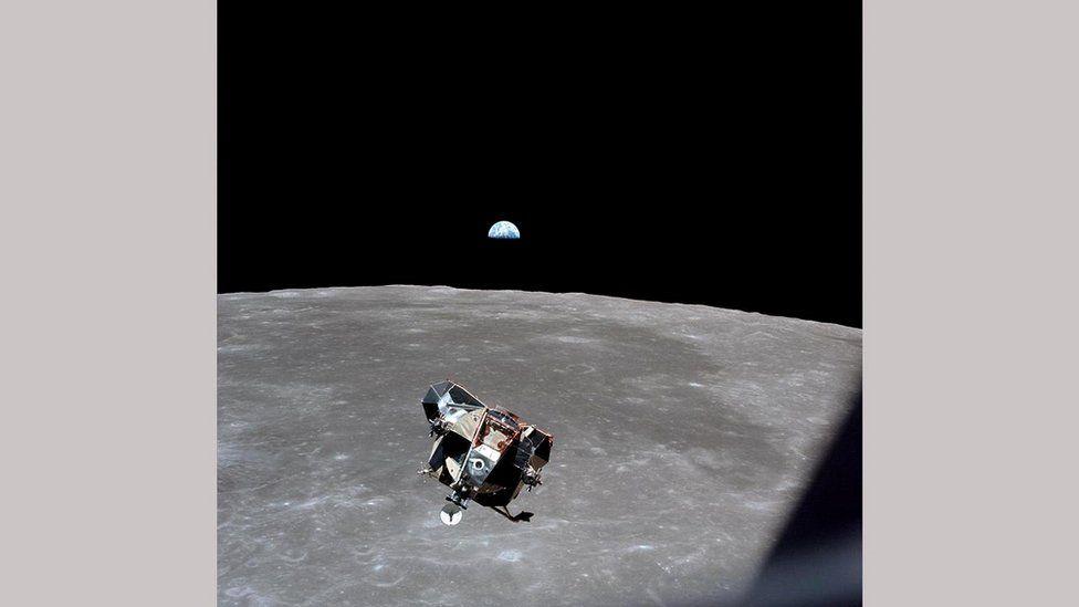 """Лунный модуль """"Орел"""" приближайется к """"Колумбии"""" для стыковки"""