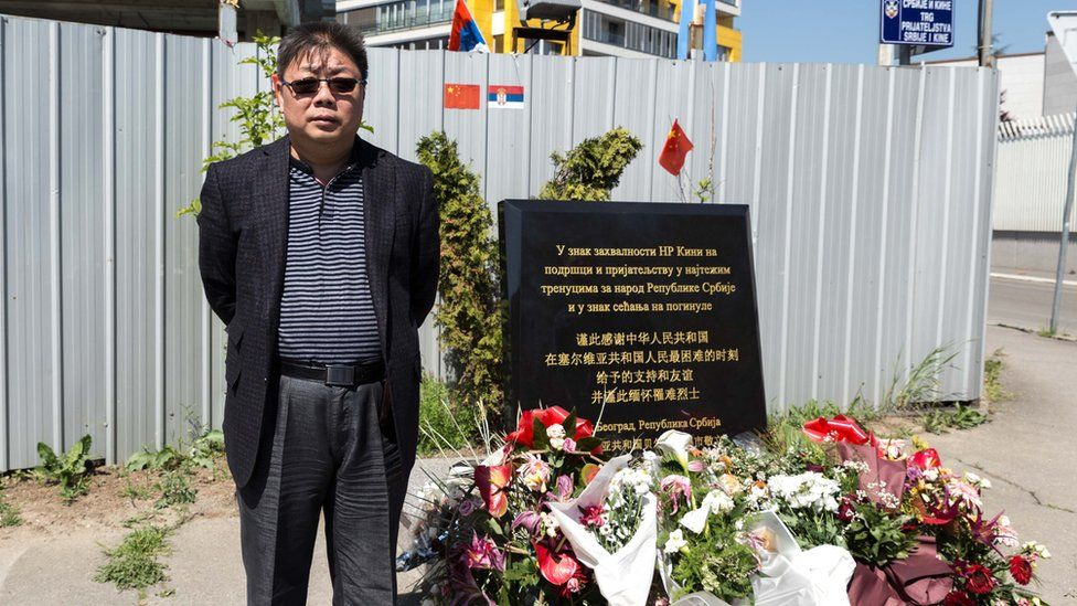 Šen Hong stoji ispred spomen ploče