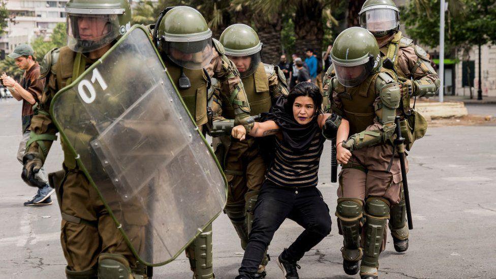 Estado de emergencia en Chile: la jornada de protestas en Santiago que llevó al presidente Piñera a suspender el alza del precio del metro