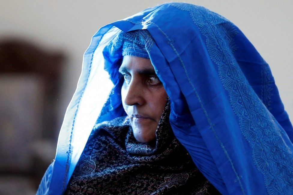 """Sharbat Gula, the green-eyed """"Afghan Girl"""" whose 1985 photo in National Geographic became a symbol of her country's wars, arrives to meet with Afghanistan's President Ashraf Ghani in Kabul, Afghanistan November 9, 2016."""