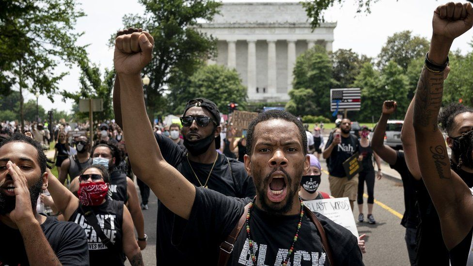 Protesters march past the Lincoln Memorial in Washington DC (6 June 2020)