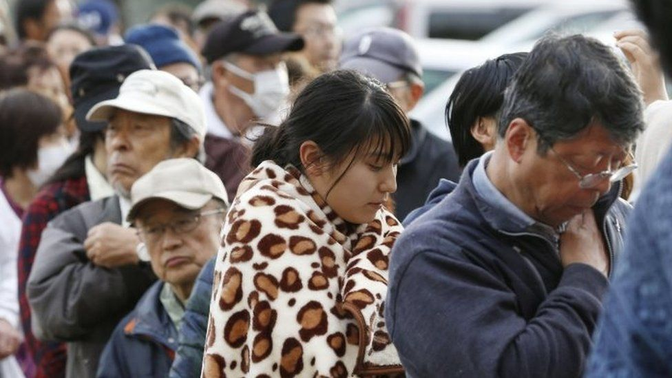 People line up for rations at a shelter in Mashiki, Kumamoto prefecture (17 April 2016)