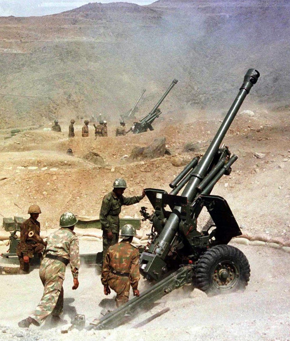 Soldiers from the Indian army fire their 105mm guns, 31 May 1999, from their outpost near Kargil towards the India-Pakistan border in Kashmir.