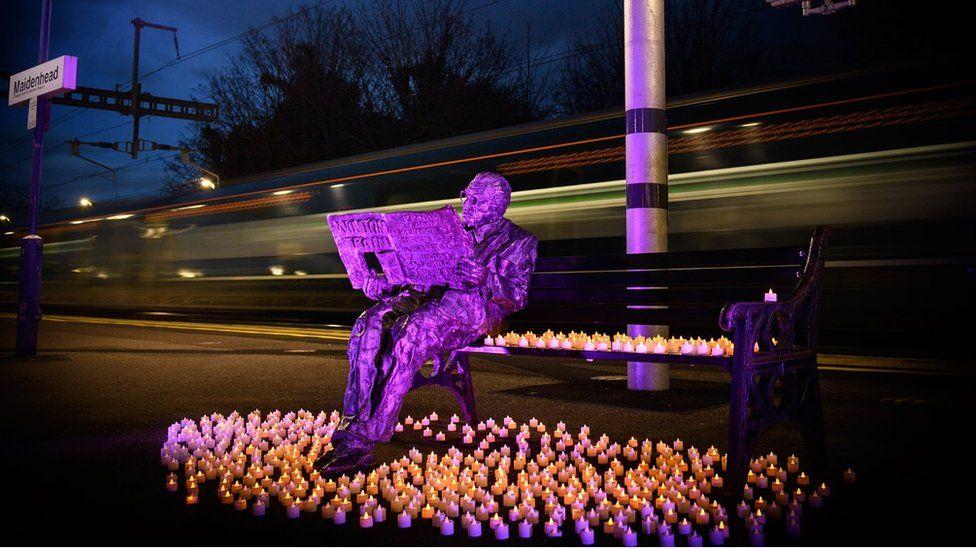 Sir Nicholas Winton statue at Maidenhead station