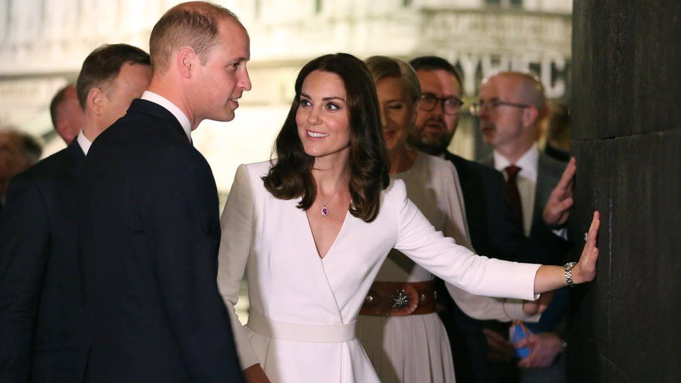 Prince William and Catherine put their hands on a pulsating wall