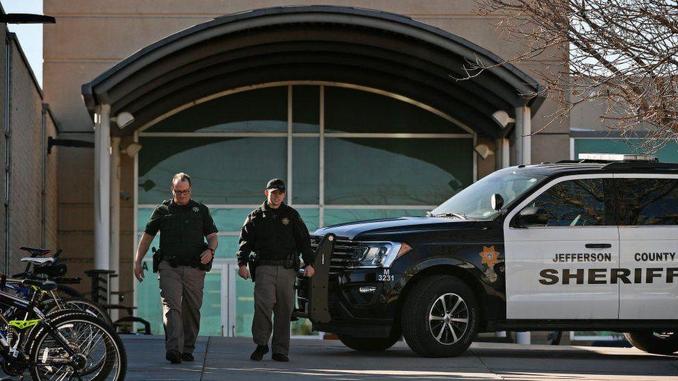 Denver schools close as FBI hunt 'Columbine-obsessed' woman - BBC News