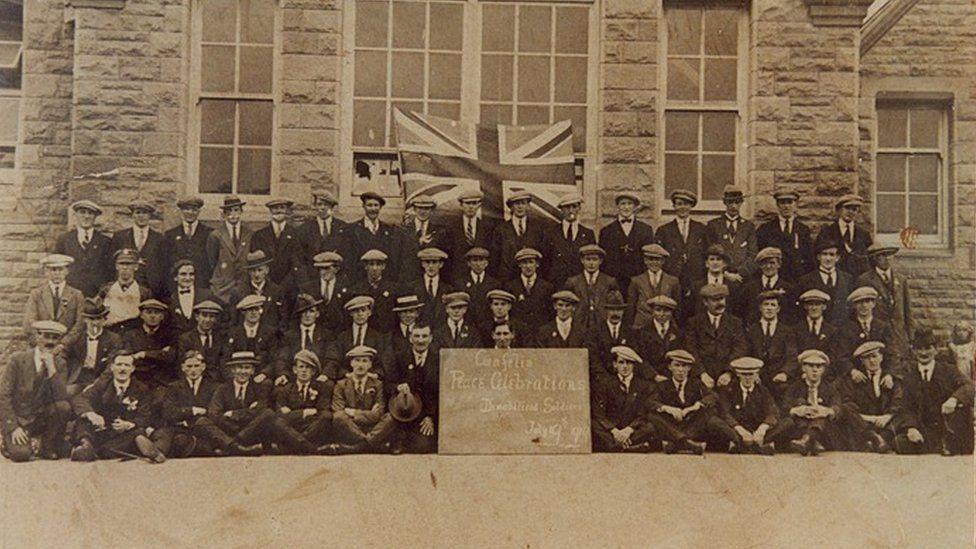 Milwyr wedi'u rhyddhau yn y Dathliadau Heddwch yng Nghwmfelin, Morgannwg, 19 Gorffennaf 1919