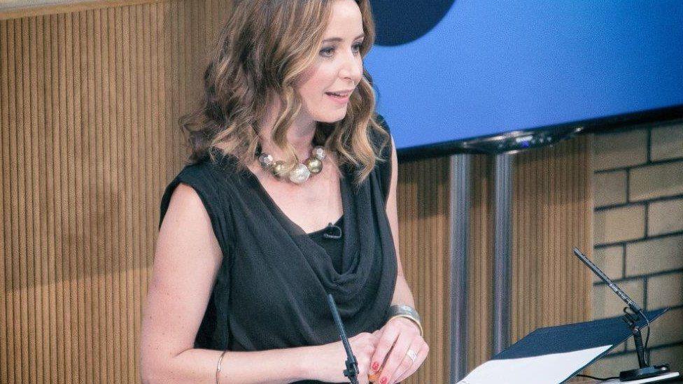 Lisa Gwilym yw meistres y ddefod