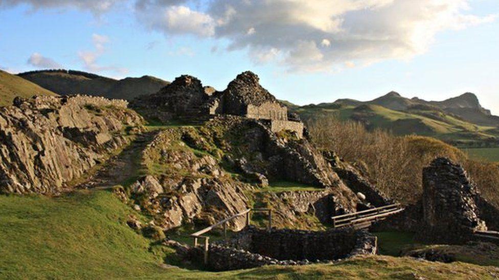 Castell y Bere: Castell Chymreig wedi ei leoli ar odre Cadair Idris ger Llanfihangel-y-pennant, Gwynedd a adeiladwyd gan Llywelyn Fawr yn y 1220au.