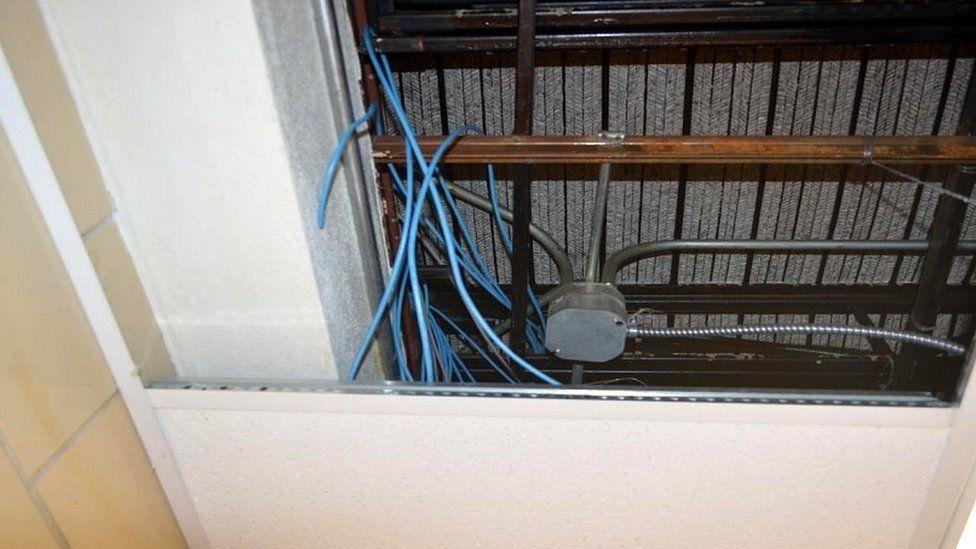 سجينان أمريكيان يخفيان جهازي كمبيوتر في سقف بعد صناعتهما سرا