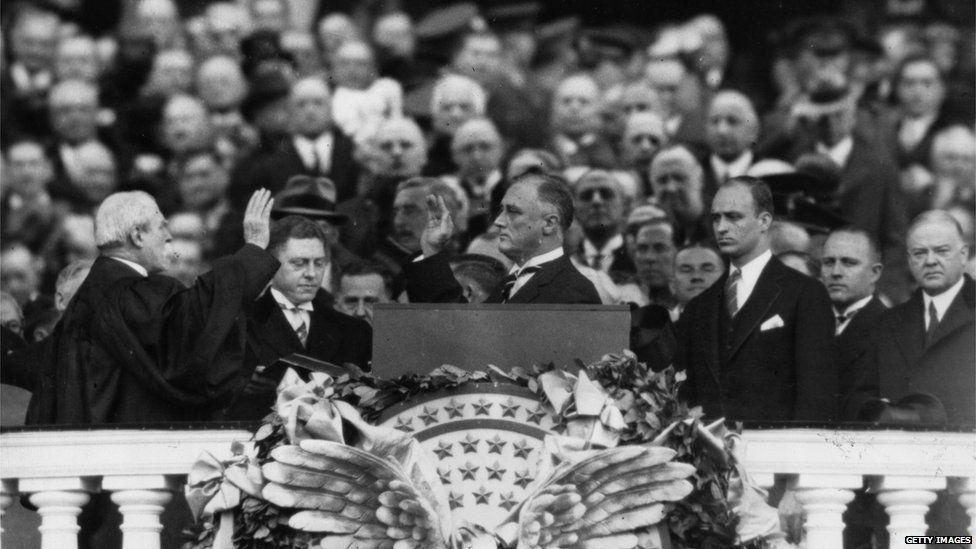 Charles Evans Hughes (ar y chwith) yn ei rôl yn seremoni urddo Franklin D. Roosevelt fel Arlywydd, 4 Mawrth, 1933