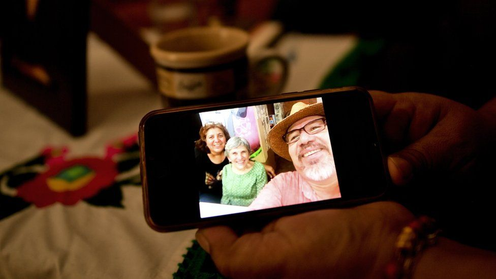 Öldürülen Meksikalı gazeteci Javier Valdez tarafından alınan bir övgü, dul eşi Culiacan, Sinaloa eyaleti, Meksika'da 17 Mayıs'ta gösteriliyor
