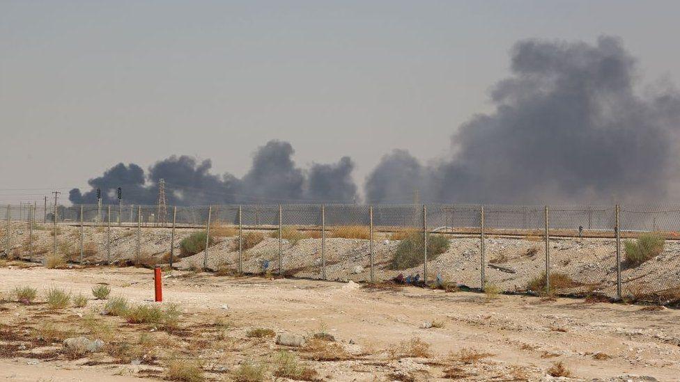 Qué se sabe de los ataques a la principal refinería de petróleo del mundo y qué efecto podrían tener en el precio del crudo