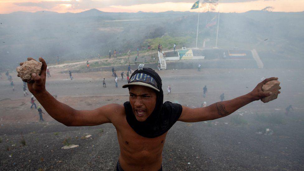 Opponents of Venezuelan President Nicolas Maduro clash with members of Venezuelan police on the border between Brazil and Venezuela. Photo: 23 February 2019