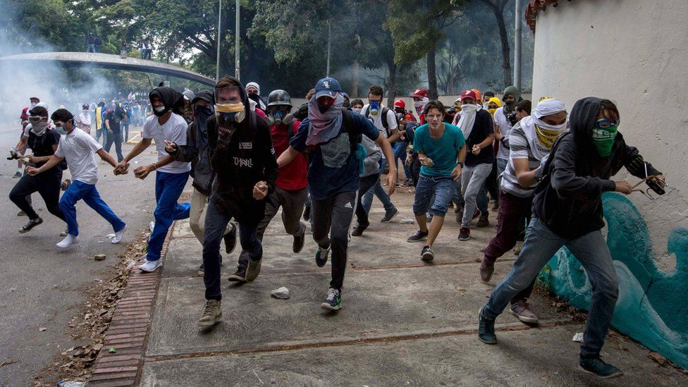 Protesters clash with police in Caracas on 4 May 2017