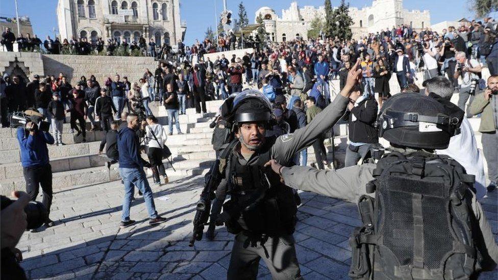 Israeli police and Palestinians in East Jerusalem (08/12/17)
