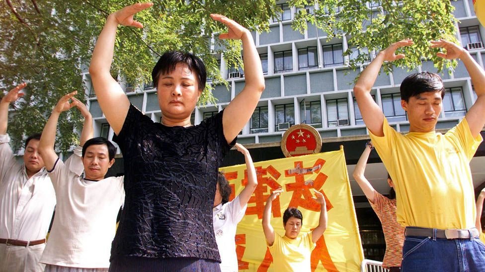 Falun Gong practitioners outside Hong Kong government offices in 1999