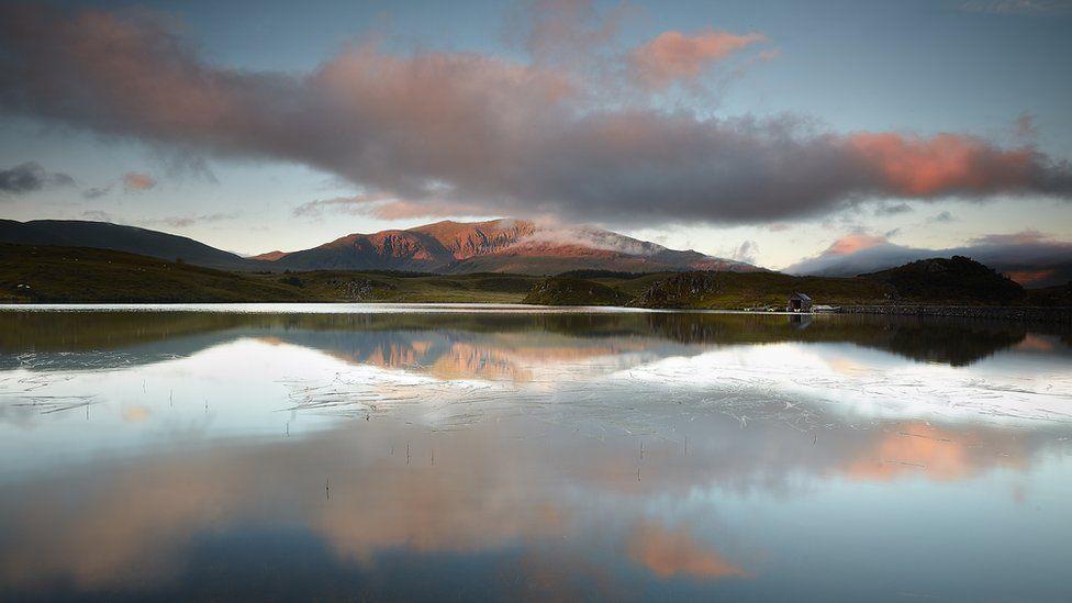 Llyn llonydd yn Eryri // A calm lake in Snowdonia
