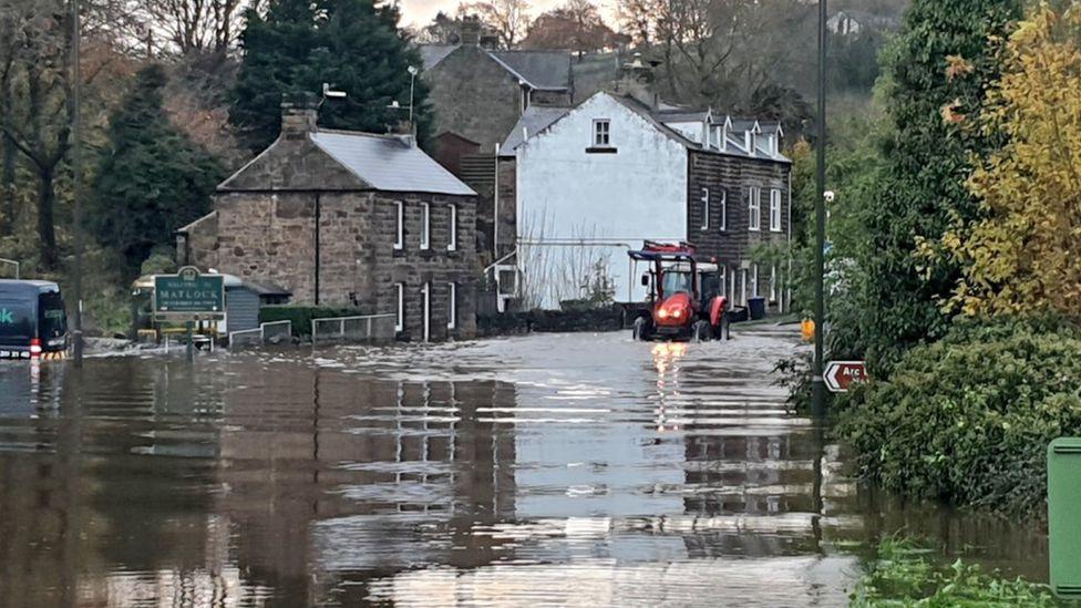 Traktor përmes ujit të përmbytjes