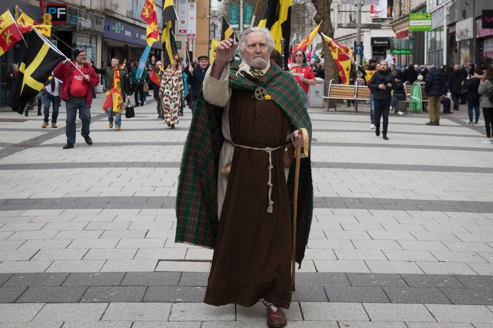 A man dressed as St David