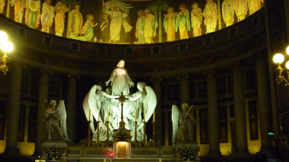 Above the high altar of La Madeleine is a statue depicting St Mary Magdalene being carried up to heaven by two angels, carved by Charles Marochetti.