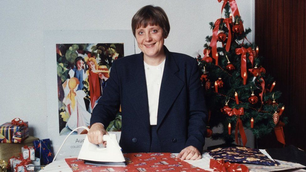 Merkel, Angela - Politician, CDU, Germany, Federal Minister for the Environment, Germany - ironing wrapping paper - 1994