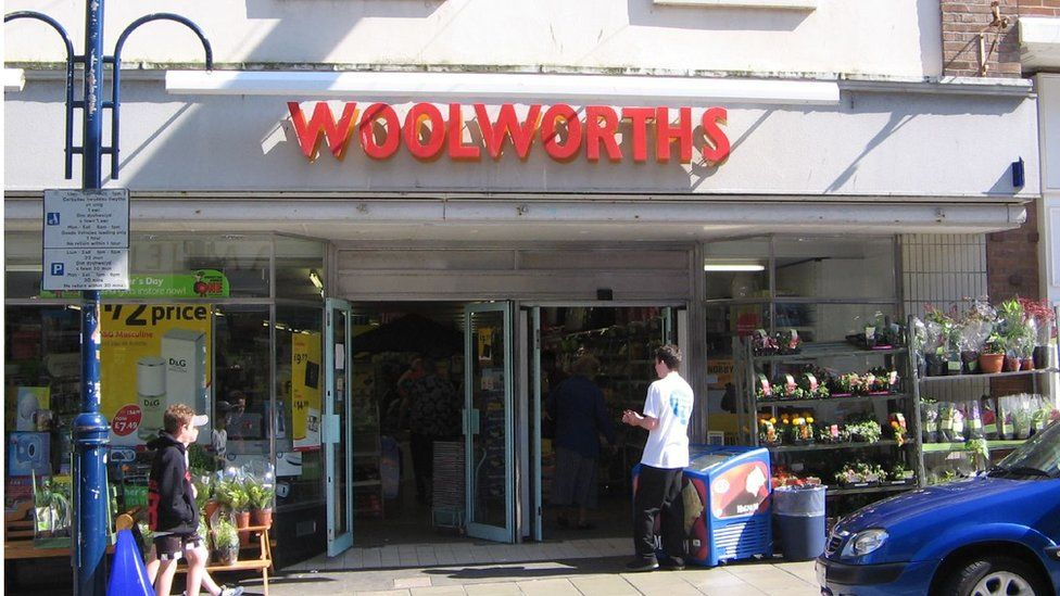 Roedd cau siopau Woolworths, fel hon yn Aberystwyth, yn arwydd clir o broblemau siopau'r stryd fawr