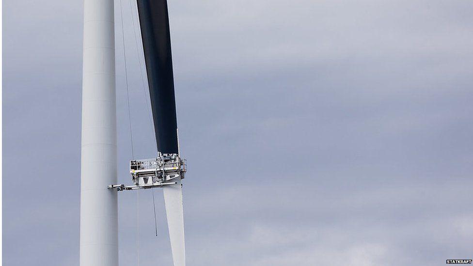 Painting a turbine black (Image: Statkraft)