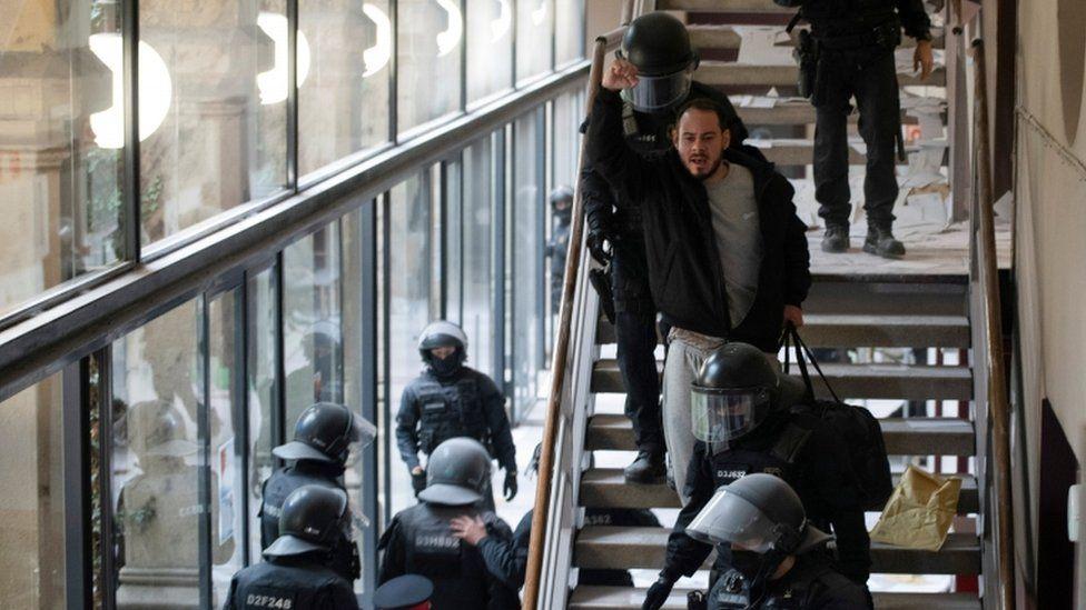 Španělský rapper Pablo Hasel reaguje, když je zadržen pořádkovou policií na univerzitě v Lleidě