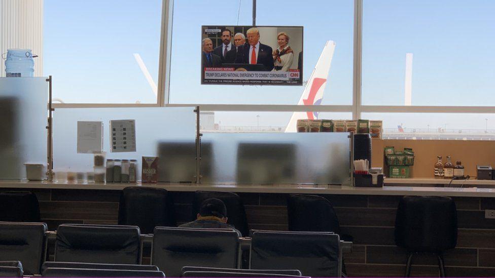 约翰肯尼迪机场的电视屏上,美国总统特朗普正在发表讲话。