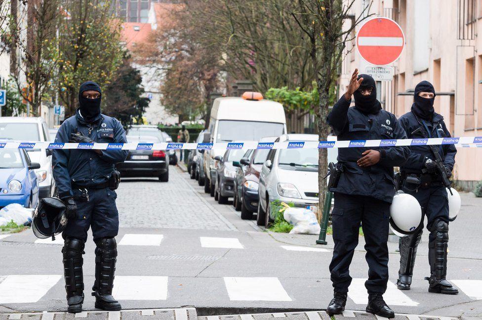Armed police in Molenbeek, 16 Nov 15