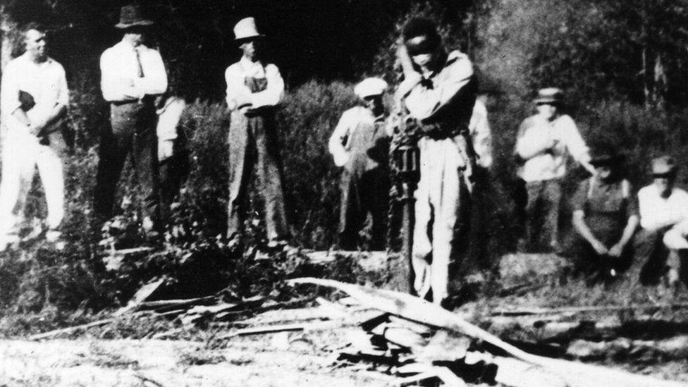 White lynch mob surrounds black man (Georgia, US, 1925)